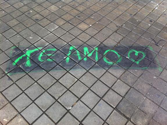 Mensaje de amor en una acera de Madrid
