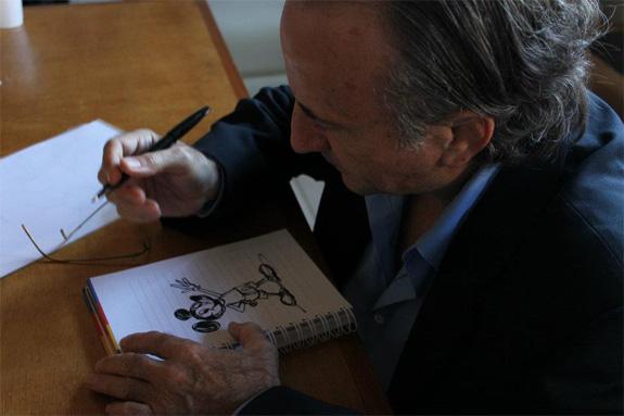 Robert Lence dibujando a Mickey Mouse