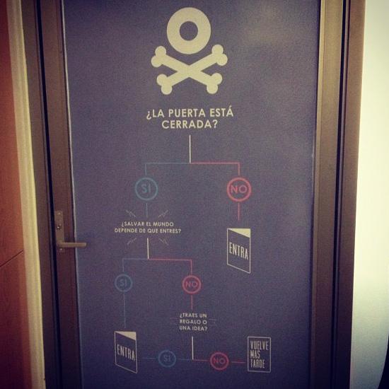 Puerta cerrada de nuestra oficina en Flock