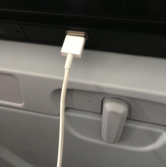 Pantalla con el cable del USB del teléfono conectado
