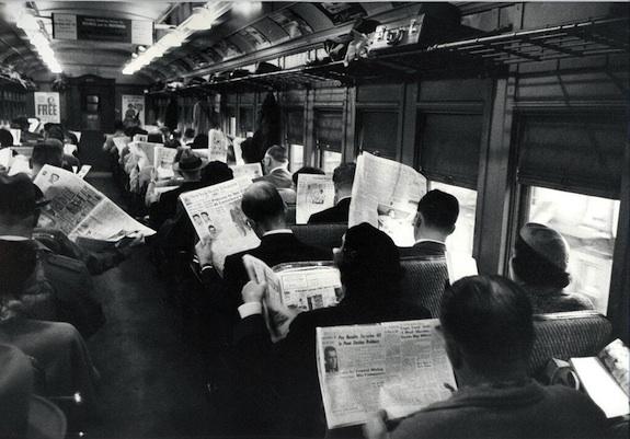 Gente leyendo el periódico en el tren