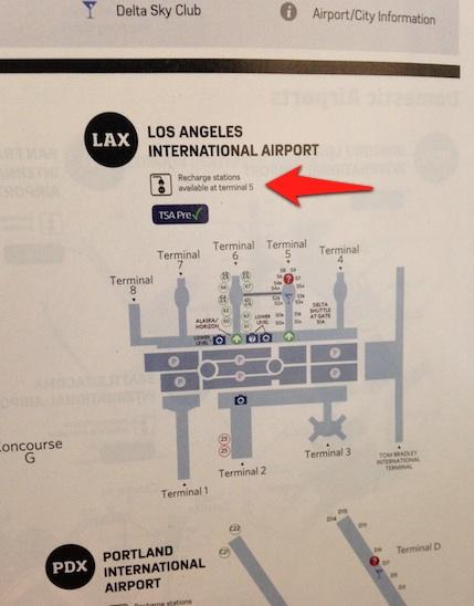 Estaciones de recarga de dispositivos en aeropuerto de LAX